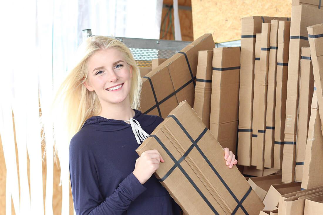 Charlotte beim verpacken